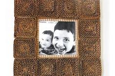 PORTA-RETRATO RECICLADO FEITO A PARTIR DE PAPELÃO USADO  Vamos aprender a fazer um porta-retrato original usando apenas papelão velho que temos em casa. Podemos fazer vários artesanatos reciclados e originais com o uso do papelão. Veremos que o trabalho é muito facil e o resultado surpreendente! Separe qualquer papelão que tiver em casa e inicie agora mesmo esse trabalho.  entre no site e confira http://www.revistaartesanato.com.br/porta-retrato-reciclado-feito-a-partir-de-papelao-usado/