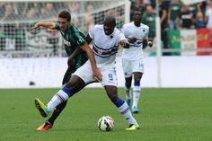Sassuolo - #Sampdoria #Okaka difende il pallone da #Vrsaljko.