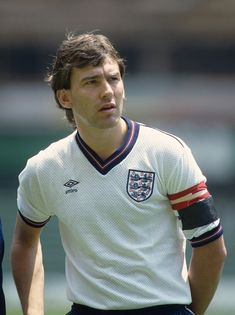 Bryan Robson of England lines up before the Ciudad de México Cup match between Italy and England at the Azteca Stadium on June 1985 in Mexico City, Mexico. Get premium, high resolution news photos at Getty Images England Football Players, England Players, National Football Teams, Men's Football, Football Tracksuits, Bryan Robson, Football Images, Vintage Football, Mexico City