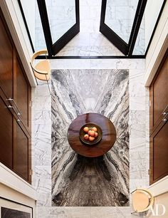 The dramatic foyer of a Los Angeles house that decorator Dan Fink and architecture firm Tim Murphy Design Assoc. created for a Silicon Valley entrepreneur is paved in richly veined marble; the Poul Kjærholm armchairs are from Suite NY. High Design, Design Entrée, Lobby Design, Floor Design, Home Modern, Modern House Design, Modern Interior Design, Interior Exterior, Interior Architecture