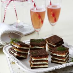 "Pumpernickel ""Petits fours"" Hearty snacks with salmon and cream cheese filling: Pumpernickel ""Petit fours"" Brunch Buffet, Party Buffet, Party Finger Foods, Snacks Für Party, Tapas, Yummy Snacks, Yummy Food, Mezze, Mozarella"