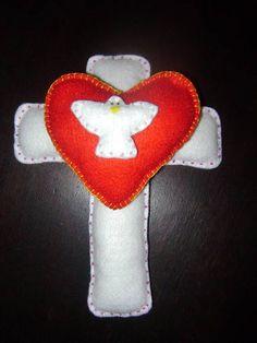 Santa Cruz com coração e Divino Espírito Santo, feita em feltro, decorada com missangas. R$ 12,00