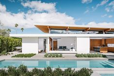 You had me at modern. Turkel Design has created a prefab dream with their Axiom Desert House. Mid-century modern architecture fans will love the Palm Springs… Palm Springs Häuser, Palm Springs Style, Modernism Week, Desert Homes, Building Systems, Décor Boho, Mid Century House, Spring Home, Modern Architecture