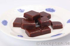 Chokladkola - Ljuvligt god chokladkola som du enkelt gör själv med detta recept. Använd gärna termometer. Passar utmärkt som julgodis. Lchf, Candy, Chocolate, Food, Sugar, Sweet, Caramel, Sweet Treats, Chocolates
