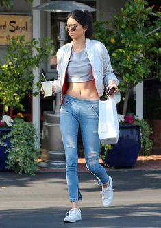 Kendall Jenner usa cropped top e jegging