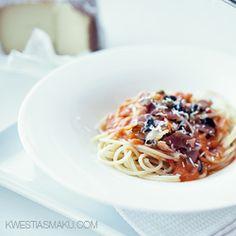 Spaghetti z sosem pomidorowym i pikantną posypką z szynki parmeńskiej