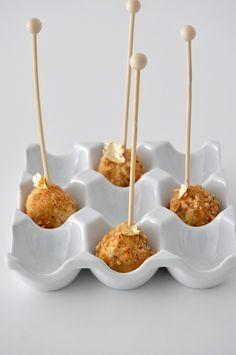 Bombon de queso de cabra y kikos Tapas Menu, Tapas Bar, Knafe Recipe, Mini Appetizers, Little Chef, Spanish Tapas, Good Food, Yummy Food, Xmas Food