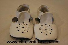 Patucos de bebé fabricados artesanalmente en auténtica piel de las mejores calidades. http://www.eltallerdelarosa.com/patucos-de-bebe/296-patucos-de-bebe-sandalia-blanco.html