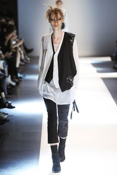 See all the Collection photos from Ann Demeulemeester Spring/Summer 2015 Ready-To-Wear now on British Vogue Fashion Week, Love Fashion, Runway Fashion, Fashion Show, Womens Fashion, High Fashion, Ann Demeulemeester, Fashion Design Sketches, Fashion Designers