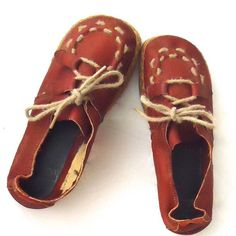 """70s Moccasins Espadrille Platform Soft Leather 7.5 Vintage 70s super cute and unusual lace up moccasin espadrille flatform sole.  They are made of burnt sienna leather and have jute detailing on the top.  absolutely darling!    Material: jute, leather, rubber outer sole Color/print: burnt orange leather, natural jute Size: 7.5M  9 1/4"""" insole 4"""" (at the widest part of the shoe) Heel- 1""""   Toe- 1""""  Condition: good condition, somebody has taken the back shaper lining out, most likely for…"""