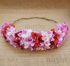 Consigue el look más rompedor con esta media corona de flores para el pelo compuesta por lirios de papel en dos tonos de rosa y rojos.