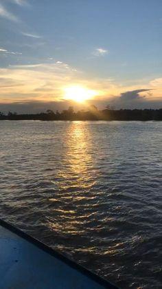 Os rios são usados no Amazonas como grandes avenidas fluviais . Saiba como é andar de barco por lá, conferindo a matéria! #amazon #amazonia #manaus #forest #pordosol