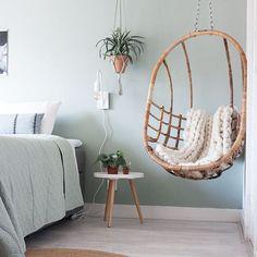 Er staat een nieuwe blog online over planten in onze slaapkamer 🌱 Heb jij zelf ook een Urban Jungle hoekje in huis gecreëerd? Groen in huis is hip en er zijn zelfs bepaalde planten die snurken tegengaan (handig voor mannen onder ons hihi🙊) Lees snel verder, link in bio ♡ Fijne avond! #newontheblog #bedroomdetails #slaapkamergeluk #plantsofinstagram #interiorandhome #homestyling #bedroom #slaapkamer #scandinavianliving #eggchair #interior #scandinavischwonen #nordicliving #earlydew New Room, Hygge, Girl Room, Hanging Chair, New Homes, Interior Design, Instagram Posts, Furniture, Urban