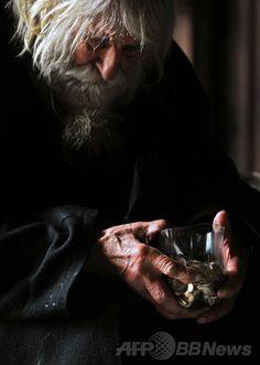 ブルガリアの首都ソフィア(Sofia)中心部にあるアレクサンドル・ネフスキー大聖堂(Alexander Nevsky Cathedral)の入り口で物乞いをするドブリ・ドブレフ(Dobri Dobrev)さん(2014年4月20日撮影)。(c)AFP/NIKOLAY DOYCHINOV ▼3Jun2014AFP 100歳の「生ける聖人」物乞いの全額を寄付 ブルガリア http://www.afpbb.com/articles/-/3016594