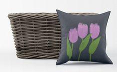 Housse de coussin fleurs, tulipes, velours, 18x18, lavable, durable, impression grande qualité, dessin craie original, fond gris rose vert Rose Vert, Gris Rose, Chalk Drawings, Art Floral, Pillow Covers, Upholstery, Vibrant, Etsy, Throw Pillows