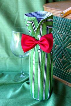 Was habe ich aus meinem Ärmel? Wein, viel Wein!  Meine Flasche Wein-Ärmel sind handgefertigt aus, Sie ahnen es, die Ärmel der Hemden, die fand ich zu kühl, um auf einem Kleiderbügel gelassen werden. Ich eine Fliege hinzufügen, fügen Sie eine Flasche von Ihrem Lieblingswein, und du bist bereit für die nächste Party oder Weinverkostung. Dies macht ein einzigartiges Geschenk für jeden Host, Honoree Geburtstag, Hochzeit, Jubiläum, Haus Erwärmung, oder just because.  Diese Ferien-Schönheit ist…