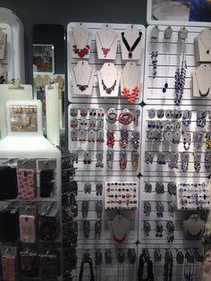 Wanddisplay, op deze display zie je sieraden hangen.