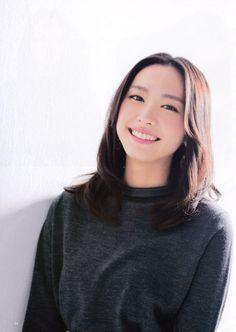 Aragaki Yui - ドラマやCM,雑誌などで活躍する新垣結衣さん。女優としても、アイドル的存在としても、人気があります。クール系に見えるけれど、笑ったらとってもキュートなところが魅力的です。また親近感のわく美人であるために、多くの人から愛されている女優さんです。そんな新垣結衣さんのメイクを真似して、万人受けするフェイスを手に入れてみましょう。