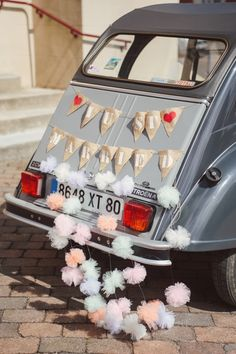 Bride's Cars : Décoration voiture mariage just married - Wedding Lande Wedding Send Off, Diy Wedding, Dream Wedding, Wedding Day, Wedding Ceremony, Vintage Car Decor, Vintage Cars, Just Married Car, Wedding Car Decorations