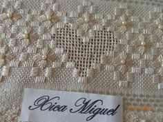 Risultati immagini per ponto reto Hardanger Embroidery, Embroidery Stitches, Embroidery Patterns, Lace Making, Filet Crochet, Rococo, Baby Knitting, Needlepoint, Diy And Crafts