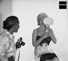 Marilyn Monroe resting between takes during a photographic studio session in Hollywood (Paramount Gallery), for the making of the film the Misfits. Marylin Monroe, Fotos Marilyn Monroe, The Misfits, Brigitte Bardot, Classic Hollywood, Old Hollywood, Divas, Pin Up, Greta