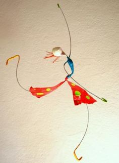 mobiles dançarines esculturas em papel papel,arame,tinta cartapesta,papel mache Paper Mache Projects, Paper Mache Clay, Clay Art, Hobbies And Crafts, Diy And Crafts, Arts And Crafts, Wire Crafts, Paper Crafts, Arte Linear