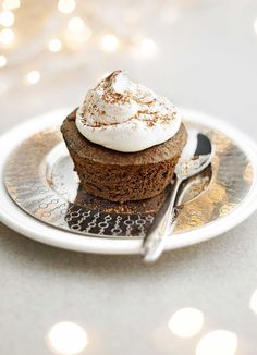 Chocolate brownies in cute cupcake form, topped with light and fluffy meringue for an extra special twist. Serve these easy brownies with tea and enjoy the compliments!