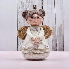 Gratis haakpatroon: KERSTENGEL - Freubelweb Gratis patroon gevonden via Freubelweb Crochet Angels, Crochet Dolls, Christmas Angels, Christmas Diy, Crochet Easter, Free Crochet, Knit Crochet, Crochet Decoration, Crochet Ornaments