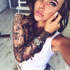 tattoo vorschläge, dame mit braunen lockigen haaren und sleeve tattoo