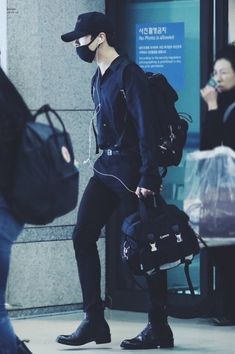 Jungkook in all black is illegal Foto Jungkook, Bts Taehyung, Bts Bangtan Boy, Bts Jin, Jimin, Cowgirl Style Outfits, Cat Dresses, Wattpad, Airport Style