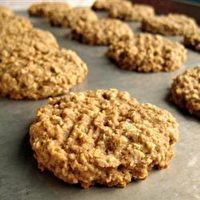 Banana Oatmeal Cookies II Recipe - This recipe is as close as I can get to the delicious cookies my mother use to make when I was a little girl. Spicy oatmeal cookies with banana and walnuts. Banana Cookie Recipe, Banana Oatmeal Cookies, Banana Nut, Banana Bread, Banana Recipes, Yummy Healthy Snacks, Yummy Treats, Yummy Food, Sweet Treats