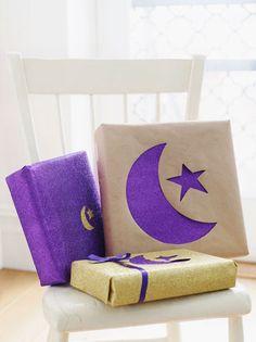 Eid gift wrap idea by Hello Holy Days! and Sweet Paul Magazine. Eid Crafts, Ramadan Crafts, Eid Al Fitr, Decoraciones Ramadan, Ramadan Celebration, Muslim Holidays, Ramadan Activities, Eid Party, Ramadan Mubarak