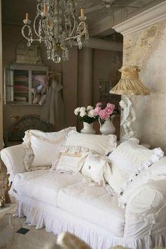 Wohnzimmer gestalten Shabby Chic Sofa Deko Kissen Rüschen