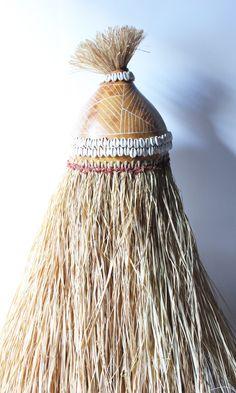 Azê para Kafundeji. Confeccionado em cabaça talhada em baixo relevo, palha da costa e búzios.