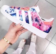 Adidas superstar estampado.