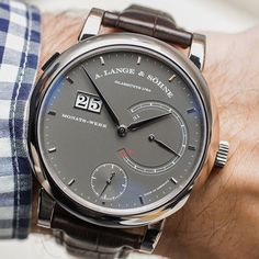Hands-On with the 31-day power reserve beast made by the German manufacture we all love A. Lange & Söhne. The 406-part movement is only one amazing fact about this beauty...find out all about it...👆👆 ○ 📩Article live now - link in BIO ⌚Follow us: #sihhabtw #ablogtowatch