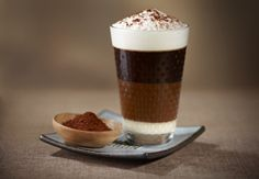 Bonbon Caffè - A dessert in concentrated form, this recipe adds an intense chocolate and milk flavor to the wooded notes of the Fortissio Lungo Grand Cru. Enjoy as if it were a sweet melting on your tongue. Frappuccino, Frappe, Chocolate Parfait, Café Chocolate, Cafe Moka, Cafe Nespresso, Coffee Ingredients, Raw Cacao Powder, Cocoa Nibs