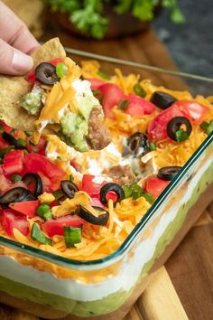 This easy Mexican 7 Layer Dip is the perfect dip recipe for a crowd! This game day dip can be made ahead of time and served cold or at room temperature with chips. It's the perfect appetizer for of July and summer picnics and it makes great Super Bowl Mexican Dip Recipes, Super Bowl Essen, 7 Layer Dip Recipe, Easy To Make Appetizers, Crowd Appetizers, Mexican Appetizers, Layered Taco Dip, Seven Layer Dip, 7 Layer Taco Dip