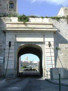La porte de France dans la haute-ville de Bonifacio   Crédit-photos: Editions Corse