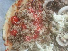 Homemade pizza zelfgemaakt: 500g bloem, 1 suiker theelepel, 1 zakje gist met 250 lauw water kneden tot bol. In kom, olie erover. Half uur rusten met natte handdoek erover. Beleggen hoe je wil. Deze variant: tomatensaus, gebakken gehakt, tomaat. Champignon, rode ui, geraspte kaas en mozzarella. 250graden celcius 10 minuten in oven. Smakelijk