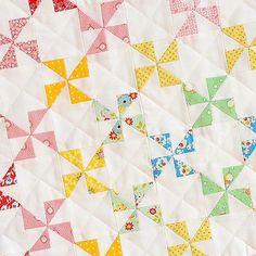 i just love this quilt pattern - simple yet striking! ich liebe dieses einfache, aber wunderschöne muster! * #ellisandhiggs #patchwork #quilting #quilt #quilts #quiltblock #quiltpattern #quiltlove #quilter #quilten #quiltsofinstagram #miniquilt #pinwheel