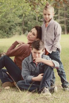 fun family pictures fun family portraits fun family photos mother and sons photos poses for mothers and sons annie liebowitz pose cosmopolitan family portraits QC family portrait