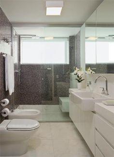 mármore piguês cobre todo o piso e bancada da pia, um pouco mais estreita que o convencional para garantir boa circulação. Nas paredes, pastilhas de vidro no tom berinjela.