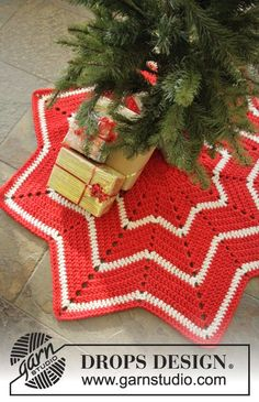#Crochet carpet with stripes and zig-zag pattern for the #Christmas tree! Free pattern by #DROPSDesign #DROPSChristmasCalendar