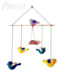 BIRD MOBILE - Móvil infantil compuesto por 5 pájaros en dos tamaños diferentes, todos confeccionados a mano con fieltro, botones y lazos.