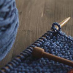 Ayer comenzó el primer KAL de #ohlanas y estos son los inicios de mi #justinesweater con la #bigmerinohug de #rosygreenwool . Unas vueltas más antes de irme a la cama  . #lana #lanas #yarn #wool #puralana #purewool #organicyarn #gotscertifiedyarn #lanasconhistoria #yarnshop #ohlanas #knit #knitting #punto #tejer #tricot #slowknitting #ohjustinekal #knitlife