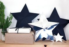 Chances are you've bought at least a few of your gifts online this year, So here's a DIY to help you cover them up! This DIY star decorations/ gift boxes Star Diy, 3d Star, Diy Snowman Gifts, Star Decorations, Christmas Decorations, Alternative Christmas Tree, Gift Bows, Giant Paper Flowers, Paper Stars