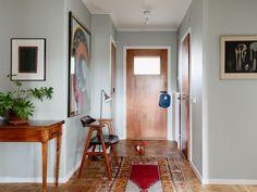 Historiska hem Modern Entry, Mid-century Modern, Mid Century Modern Furniture, Simple House, Wall Colors, My Dream Home, Sweet Home, Gallery Wall, House Design