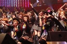 AKB48の研究生の1公演あたりのギャラが、総合プロデューサー・秋元康氏の口から「5,000円くらい」と明らかにされた。BS-TBSのトーク番組『みんな子どもだった』に出演した秋元氏は、司会の倉本聰氏からメンバーのギャラについて尋ねられ、「研究生はお小遣い程度とか。人気メンバーで仕事が重なってる人たちはギャラが高いとか。格差があるみたいですよ」と発言。さらに「いくらぐらい?」と突っ込んで聞かれると、「研究生とかは、5,000円とか言ってたような気がします」と答えた。  #AKBnews