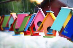 Kleurrijk en vrolijk; Schilder de vogelhuisjes in een door jou gewenste kleur, om zo een vrolijke twist aan je tuin te geven!